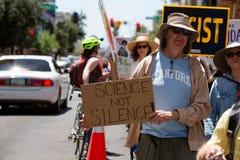 Protestor mit Wissenschafts-Zeichen am Klima März Stockbilder