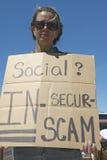 Protestor Prezydent George W Bush trzyma znaka w górę protestować jego ubezpieczenie społeczne plan w Tucson Arizona, Fotografia Royalty Free