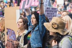 Protestor que lleva a cabo la muestra, ` s marzo Los Ángeles de 2017 mujeres Foto de archivo
