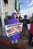 Protestor que sostiene el cartel sobre tolerancia en el ` s marzo de las mujeres Fotos de archivo