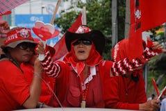 Protestor rojo de la camisa con la chapaleta del corazón a disposición Foto de archivo libre de regalías