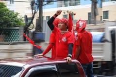 Protestor rojo de la camisa con Rose a disposición Fotografía de archivo