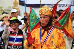 Protestor tailandés que viste el traje chino de dios del mono Fotos de archivo