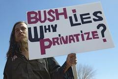 Protestor in Tucson Arizona van President George W Bush die een teken houden die zijn buitenlands beleid van Irak protesteren stock foto's