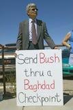 Protestor w Tucson Arizona Prezydent George W Bush trzyma szyldowego protestujący jego Iracką politykę zagraniczną Obrazy Royalty Free
