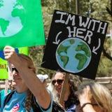 Protestor z ziemia znakiem przy klimatem Marzec Fotografia Stock
