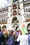 Protestors Μάρτιος μέσω των τουριστών στο κεντρικό τετράγωνο πόλεων κάτω από το τ Στοκ Φωτογραφίες