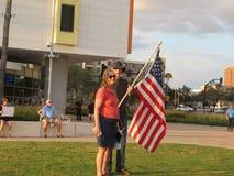 Protestors με τη αμερικανική σημαία στοκ εικόνες