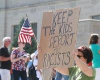 Protestors contrarios con la muestra en una reunión de asegurar nuestras fronteras Imagen de archivo libre de regalías