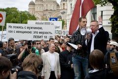 Protestors de encontro ao orgulho 2009 de Riga Fotos de Stock Royalty Free