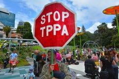 Protestors en la reunión contra el acuerdo comercial de TPPA Foto de archivo