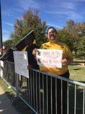 Protestors en los vaqueros contra Juego de las pieles rojas Fotos de archivo