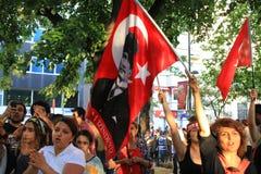Protestors que guardam a bandeira Fotografia de Stock