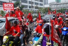 Protestors rossi della camicia con il segno ROSSO immagine stock