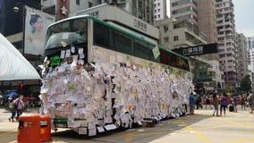 Protestorsbeitragsmitteilungen auf Bus in Nathan-Straße besetzen Proteste 2014 Mongkoks Hong Kong, Regenschirm-, denrevolution Ze Stockfotografie