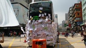 Protestorsbeitragsmitteilungen auf Bus in Nathan-Straße besetzen Proteste 2014 Mongkoks Hong Kong, Regenschirm-, denrevolution Ze Stockbilder