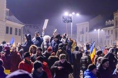 2017 - Protestos dos Romanians contra o plano do perdão do prisioneiro Brasov, Imagens de Stock