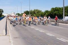 Protestrit van fietsers door de straten van Belgrado 1 Stock Foto