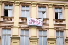 Protestslogan auf Gebäude facadein Berlin-Sagen Lizenzfreie Stockfotos