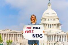 Protestującego mienia znak żadny więcej sfałszowana wiadomość w rękach obrazy royalty free