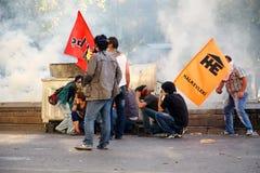 Protestujący chują za trashcans ono ochraniać od gaz łzawiący skorup podpalać policją podczas Gezi parka próbą i obrazy stock