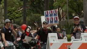 Protestujący: ` DOSTAĆ SPRZEDAJĄCY OUT ` zbiory wideo