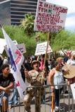 Protestujący przy Donald atutu Prezydenckiej kampanii pierwszy wiecem w Phoenix obraz stock