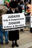 Protestujący w środkowym Londyn na zewnątrz Downing Street zdjęcia stock