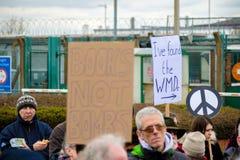 Protestujący zbierają na zewnątrz głównej bramy respekt, Aldermaston obrazy royalty free