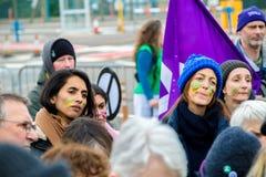 Protestujący zbierają na zewnątrz głównej bramy respekt, Aldermaston zdjęcie royalty free