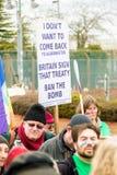 Protestujący zbierają na zewnątrz głównej bramy respekt, Aldermaston fotografia stock