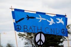 Protestujący zbierają na zewnątrz głównej bramy respekt, Aldermaston zdjęcie stock