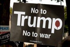 Protestujący zbierają w Londyn dla antynuklearnego wojna protesta zdjęcie stock