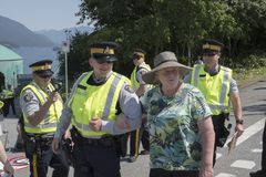 Protestujący aresztuje przy Kinder Morgan Westridge Morskim terminal w Burnaby, BC Fotografia Stock