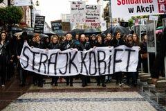 Protestuje przeciw antyaborcyjnemu prawu zmuszającemu Polskim rzędem PIS, czerń protest Fotografia Stock