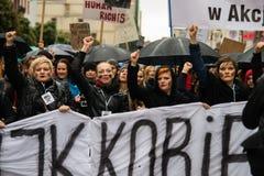 Protestuje przeciw antyaborcyjnemu prawu zmuszającemu Polskim rzędem PIS, czerń protest Obraz Stock