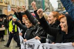 Protestuje przeciw antyaborcyjnemu prawu zmuszającemu Polskim rzędem PIS, czerń protest Zdjęcia Royalty Free