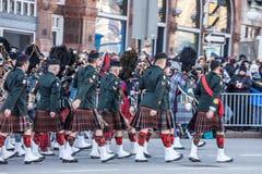 Protetor cerimonial do regulador General Foot Guards de Canad?, com seus kilts, desfilando com efeito do borr?o da velocidade imagens de stock royalty free