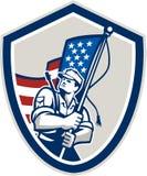 Protetor da bandeira de Waving Stars Stripes do soldado americano Imagens de Stock