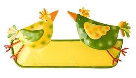 Protetor da lata de Easter com duas galinhas e um espaço livre para introduzir m imagem de stock