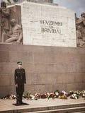 Protetor de honra na frente do monumento da liberdade em Riga Letónia Fotografia de Stock