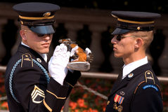 Protetor de honra, o túmulo dos desconhecidos em Arlington fotos de stock
