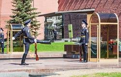 Protetor de honra Standing perto do fogo eterno Foto de Stock Royalty Free