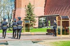 Protetor de honra Standing perto do fogo eterno e do túmulo do desconhecido Foto de Stock Royalty Free