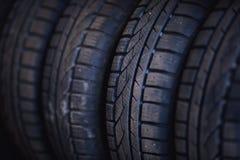 Protetor de pneus de automóvel Um número de pneus de automóvel Feche acima da vista no auto pneu novo móvel s da roda imagens de stock