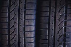 Protetor de pneus de automóvel Um número de pneus de automóvel Feche acima da vista no auto pneu novo móvel s da roda imagem de stock royalty free