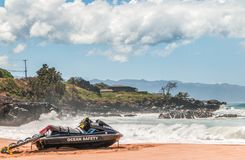 Protetor de vida Jet Ski com Rocky Ocean Background borrado fotos de stock royalty free