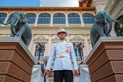 Protetor real no palácio grande de Tailândia Foto de Stock