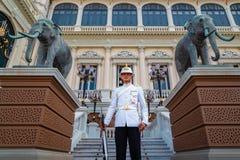Protetor real no palácio grande de Tailândia Imagens de Stock