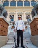 Protetor real no palácio grande de Tailândia Fotos de Stock Royalty Free
